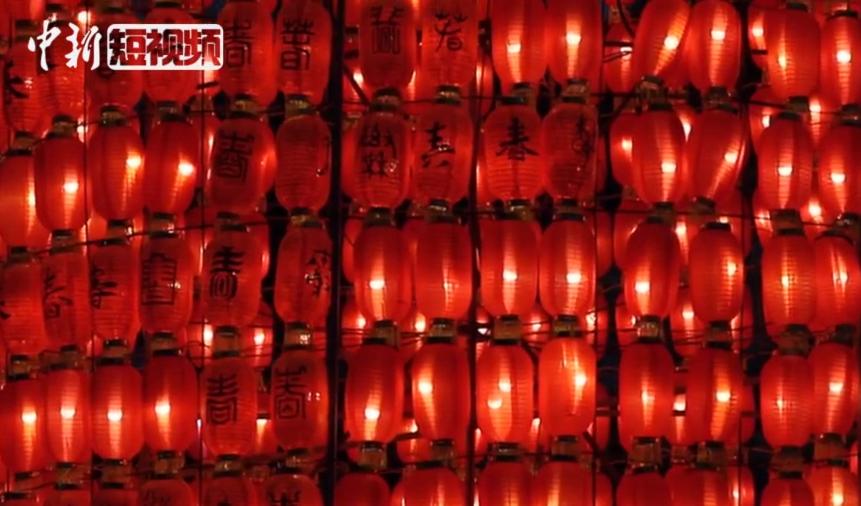 重慶現兩層樓(lou)高(gao)大(da)燈籠